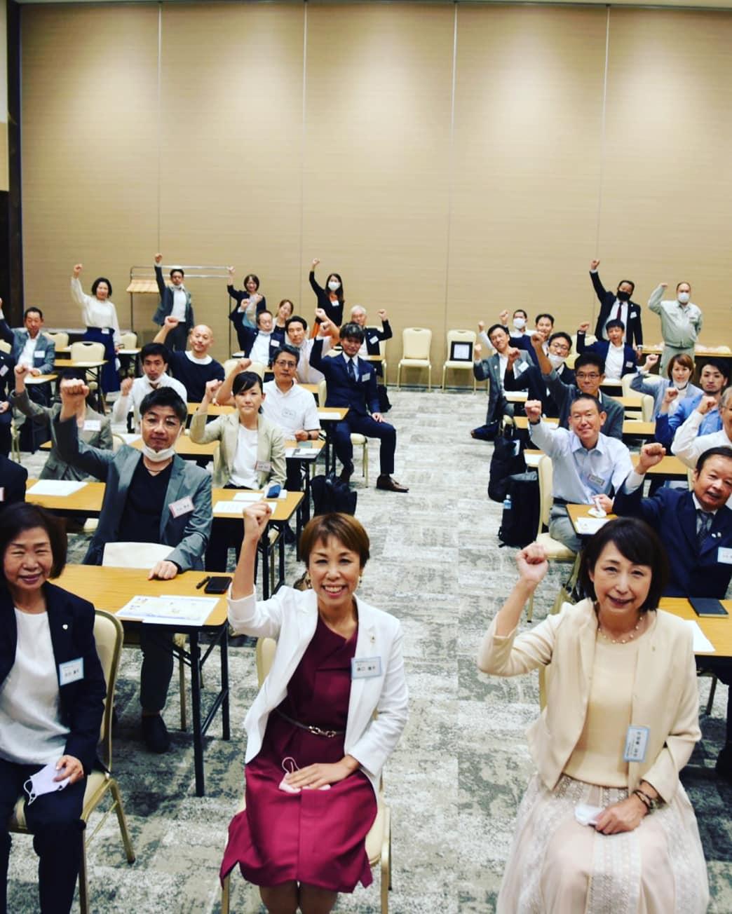 高槻市倫理法人会は9月より新体制での活動が始まります。私も幹事として大阪府の女性委員会のメンバーとなり、学びの場を頂きました💐またMSの輪読で登壇します🎶